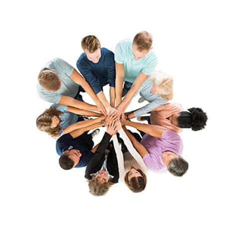 Leute die alle die Hände in die Mitte machen